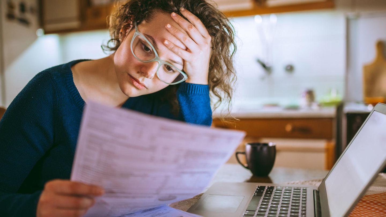 Eine Frau verzweifelt an der Steuererklärung