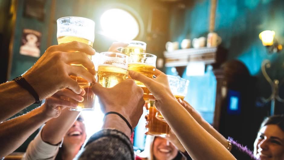 Wer auf einer Party lieber keinen Alkohol trinken möchte, muss sich oft viele Fragen anhören