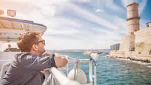 Ein Mann auf einer Kreuzfahrt vor Marseille