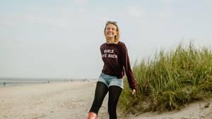 Eine junge Frau am Nordsee-Strand
