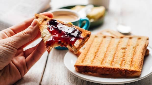 Brot mit Marmelade als Symbolfoto für Rückruf-Ticker