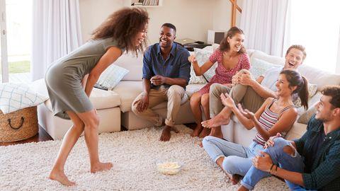 Du bist auf der Suche nach einem Gesellschaftsspiel für Erwachsene? Hier sind 10 Ideen
