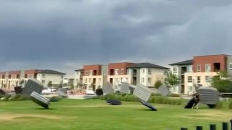 Starke Winde in Denver: Luftmatratzen bieten bizarres Schauspiel und tanzen durch US-Großstadt