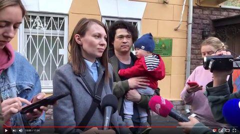 Moskau: Dmitrij Prokazowund seine Frau Olga Prokazowa erklären während einer Pressekonferenz
