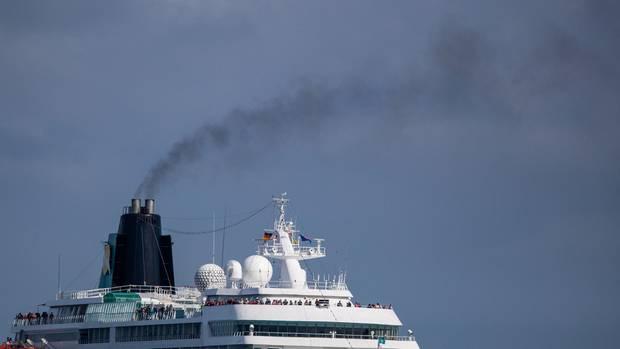 """Die Branche boomt - und belastet auch das Klima zunehmend:Der Nabu macht Kreuzfahrtgästen ein schlechtes Gewissen, """"Cruise Shaming"""" genannt."""
