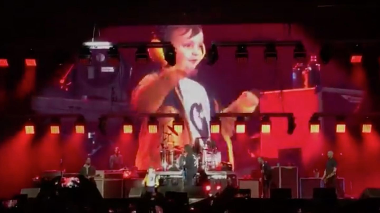 Der fünfjährige Taylor tanzt auf der Bühne