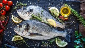 Wie fühlt sich der Fisch an?  Drücken Sie mit dem Zeigefinger einmal kräftig auf die Haut, ist der Fisch frisch sollten keine Dellen zurückbleiben und das Fleisch nimmt sofort wieder seine ursprüngliche Form an. Bei Plattfischen prüft man anders: Bleibt der Fisch fest in der Luft stehen, ist er frisch.