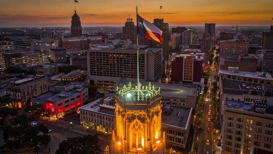 Die texanische Flagge auf einem Gebäude in San Antonio