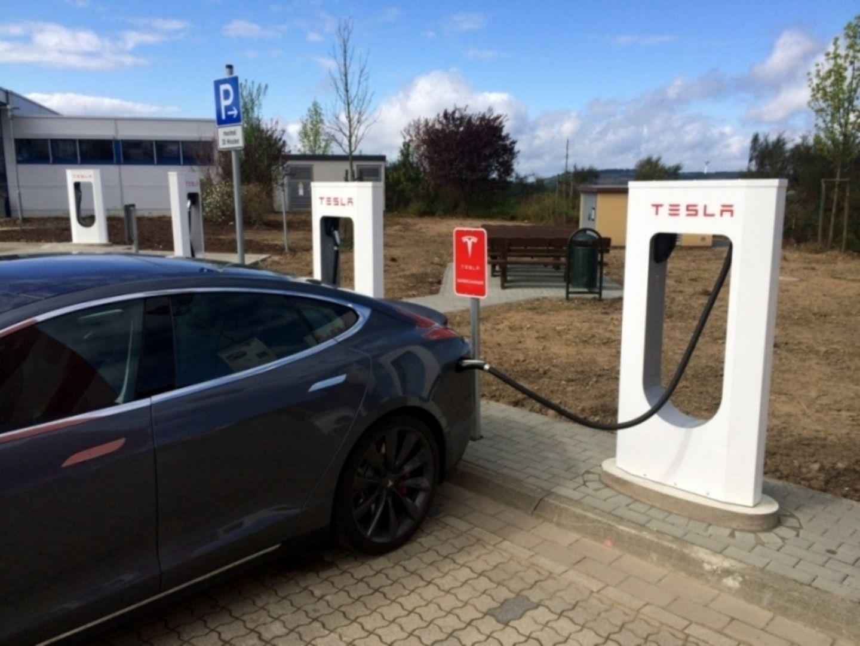 Tesla hat auch in Detroit ein Netz von Superchargern aufgebaut