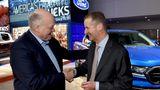 Ford Chef Jim Hackett (links) und Herbert Diess besiegeln die Zusammenarbeit