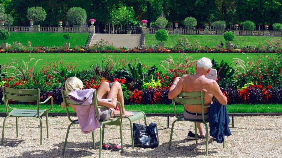 Ein älteres Paar sonnt sich in einm Park