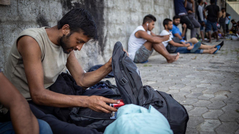 """Packen für """"The Game"""": Längst nicht alle Flüchtlinge aus dem Camp Vučjak schaffen es, an der Grenzpolizei vorbeizukommen."""