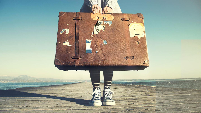 Frau trägt Koffer