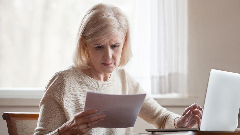Frau liest Unterlagen