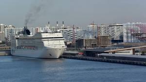 Blick auf einKreuzfahrtschiff am Kreuzfahrtterminal in St. Petersburg (Symbolbild)