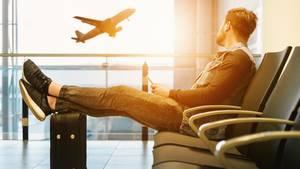 Ein Mann wartet am Flughafen auf ein Flugzeug