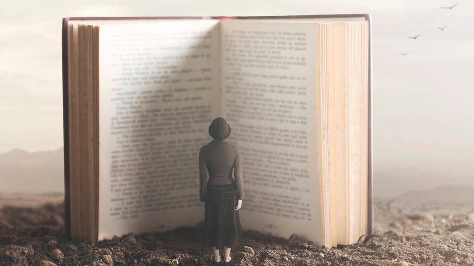 Frau vor Buch