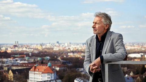 "Paul Breitner vor der ""Skyline"" Münchens"