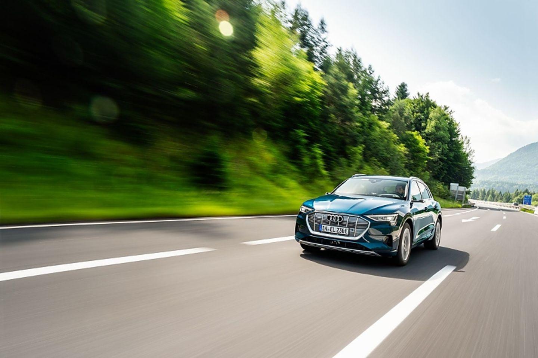 Mit 300 kW / 408 PS kann der Audi E-Tron überall gut mithalten