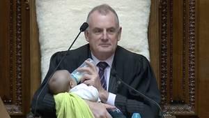 Neuseelands Parlamentssprecher Trevor Mallard füttert ein Baby.