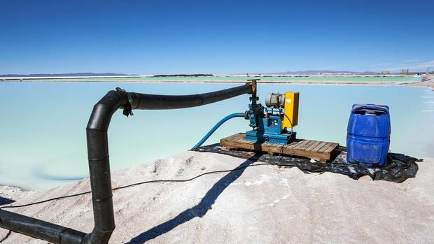 Die unterirdisch fließende Sole wird durch dicke Rohre an die Oberfläche gepumpt, und in Pools getrocknet