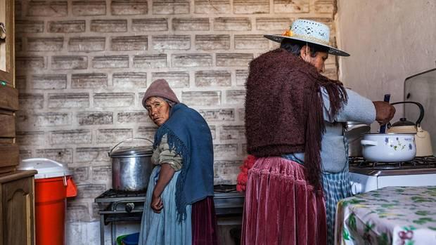 Luisa Flores (r.) betreibt ein kleines Hotel am Rande des Salar de Uyuni. Die Wände der Herberge sind aus Salzblöcken gemauert.