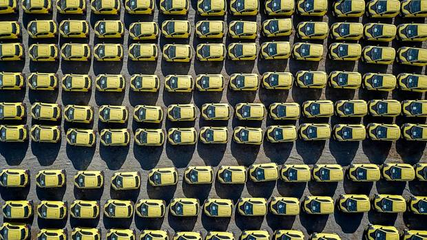 Der chinesische Auto- und Batteriehersteller Xindayang Electric Vehicle produziert gelbe Elektro-Minis in Serie. Alle sind mit Lithiumzellen ausgestattet.