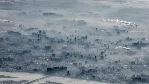 Wegen Smogs und der schlechten Sicht müssen in Harbin im Nordosten Chinas immer wieder Flüge gestrichen, Autobahnen gesperrt und Schulen geschlossen werden.