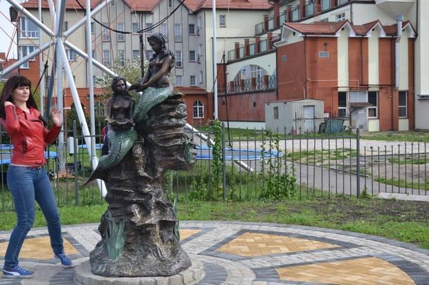 Skulptur im Seebad Selenogradsk. Wir sind nicht die einzigen, die hier fotografieren – links eine Touristin.