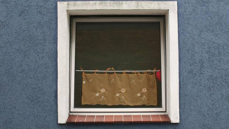 nachrichten aus deutschland einbrecher bleibt in fenster. Black Bedroom Furniture Sets. Home Design Ideas