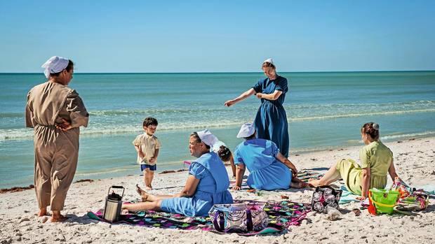 Sonnenbad am Strand von Pinecraft. Die Familien reisen zwischen Dezember und April aus dem Norden der USA an