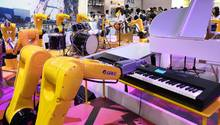 Peking, China:Die Weltkonferenz der Roboter findet derzeit in Peking statt.Auf der Weltausstellung der Roboter werden mehr als 700 Sets der neuesten technologischen Errungenschaften, angewandten Produkte und Lösungen vorgestellt. Mehr als 1.000 Teams aus mehr als 10 Ländern und Regionen nehmen sogar an einemRoboterwettbewerb teil.