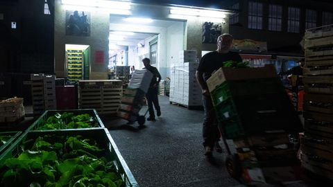 Supermarkt-Mitarbeiter bei der Nachtschicht