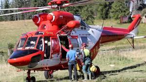 Die Rettungskräfte der Tatra Bergwacht steigen aus einem Hubschrauber aus