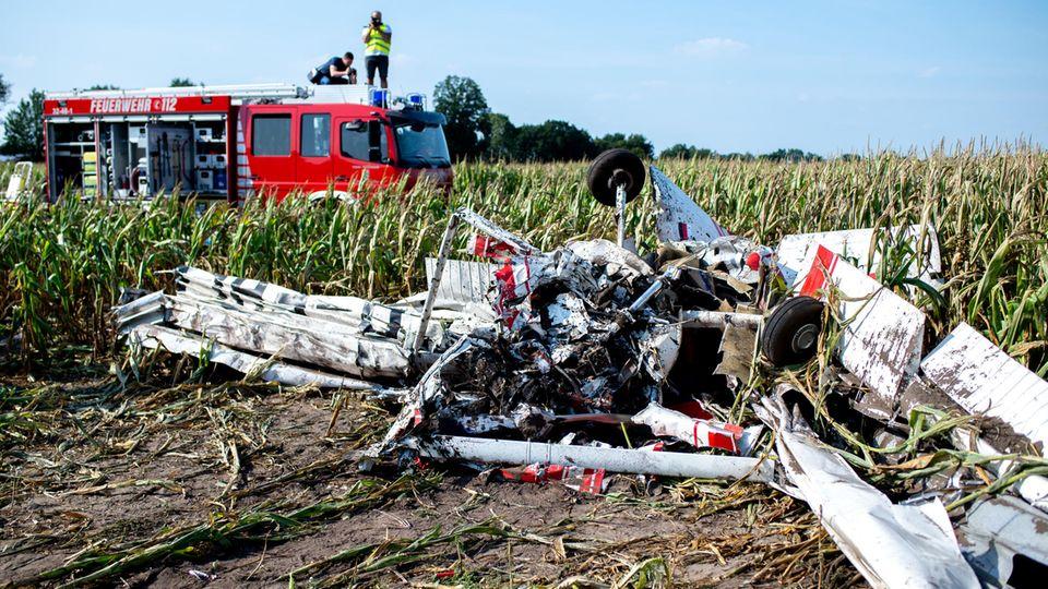 Ein Kleinflugzeug istüber einem Maisfeld abgestürzt
