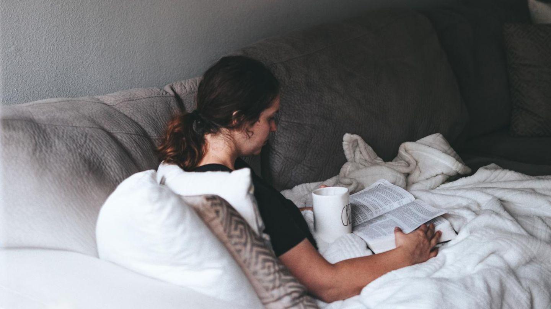 Frau mit Teetasse auf dem Sofa