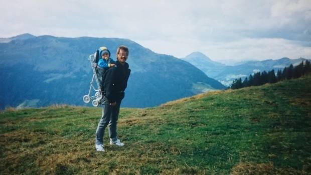 Norman Wolf 1994 auf dem Rücken seines Vaters während eines Österreich-Urlaubs. Für das Kind ist der Vater Inbegriff von Kraft und Überschwänglichkeit.
