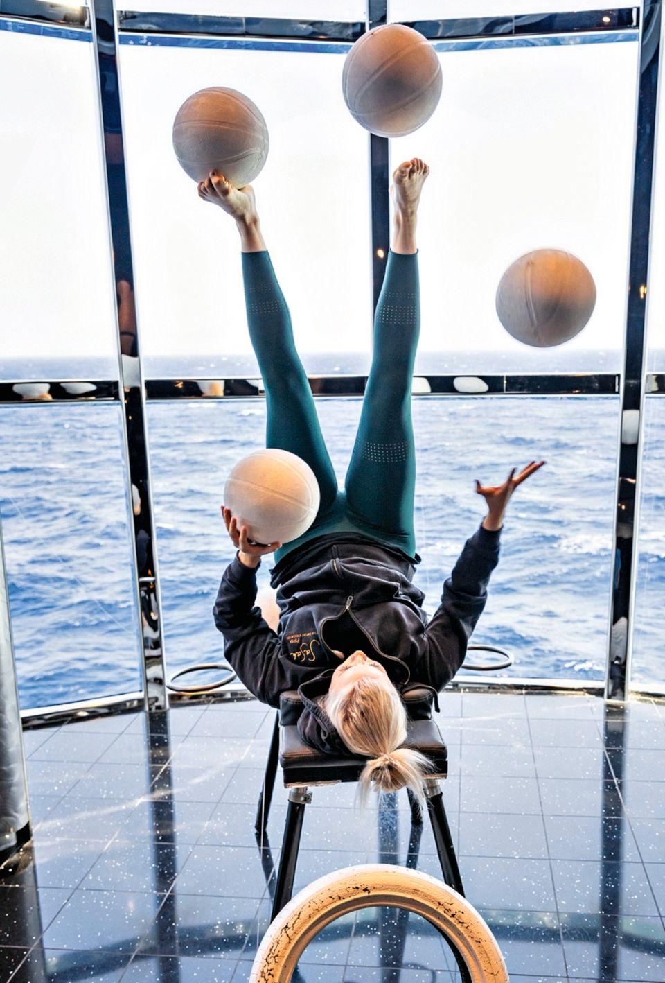 Die 24-jährige Finnin Pipsa Ilpala übt, Bälle zu jonglieren – mit Händen und Füßen