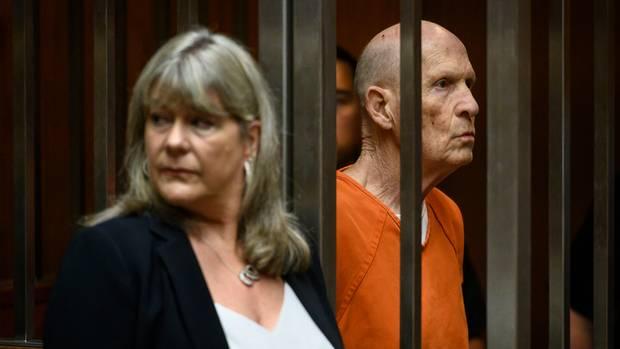 Golden State Killer Joseph James DeAngelo im Käftig vor Gericht - daneben seine Anwältin