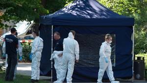 Berlin: Beamte der Spurensicherung sichern in einem Faltpavillon Spuren am Tatort. In Berlin-Moabit hatein Fahrradfahrer einen Mann erschossen.