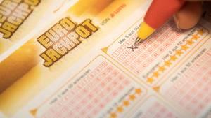 Auf einem Eurojackpot-Schein kreuzt jemand mit einem roten Kugelschreiber die 13 an