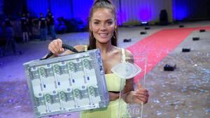 """Siegerin Janine Pink steht nach dem Finale der Sat.1-Show """"Promi Big Brother""""mit dem Preis im Studio"""