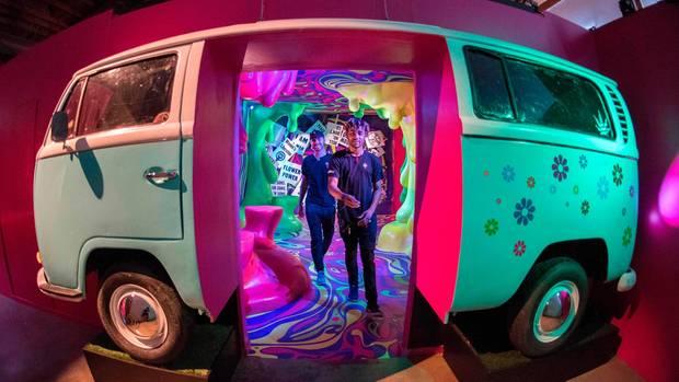 """Los Angeles, USA. Zwei Besucher schreiten durcheinen Hippie-VW-Bus, um sich im """"Museum of Weed""""amCahuenga Boulevard die Geschichte des Cannabis-Konsums genauer anzusehen."""
