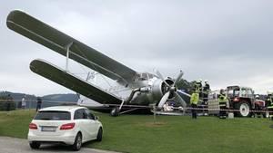 DieAntonow 2 auf dem Flugplatz Gmunden-Laakirchen: Bei der Landung ist ein Fahrwerk des einmotorigen Doppeldeckers abgebrochen.