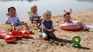 Schon im Vorfeld gab es in dem Badeort zahlreiche Protestaktionen, wie dieseOxfam-Aktivisten, die die Masken mit den Gesichtern von Trudeau, Trump,Johnson und Macron tragen.