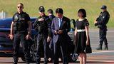 Zu den früh angereisten Politikern gehört auchShinzo Abe. Der Premierminister von Japanblickt bei der Ankunft am Flughafen auf sein Handy, neben ihm steht seineFrau Akie Abe.