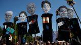 Sechs Teilnehmer des G7-Gipfels in Form von Figuren der Demonstranten (v.l.n.r.): der Präsident der USA, Donald Trump, der Regierungschef von Kanada, Justin Trudeau, der Premierminister von Großbritannien, Boris Johnson, der Premierminister von Japan, Shinzo Abe, der Ministerpräsident von Italien, Guiseppe Conte, und der Präsident von Frankreich, Emmanuel Macron – eine Maske von Angela Merkel fehlt.