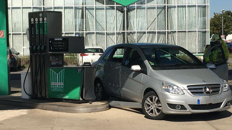 Der beschädigte Mercedes steht nach dem Unfall auf dem Tankstellengelände