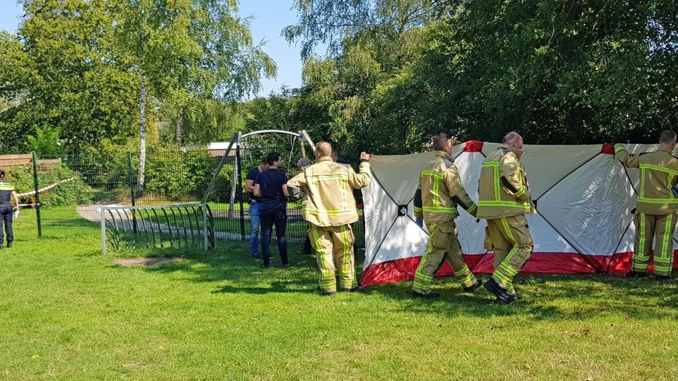 Assen, Niederlande: Rettungskräfte platzieren einen Bildschirm auf einem Spielplatz, auf dem ein Mann getötet wurde