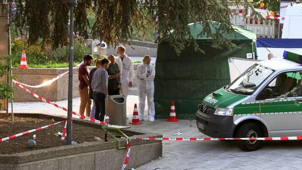 Polizeiauto steht am Ebertplatz hinter Absperrungen